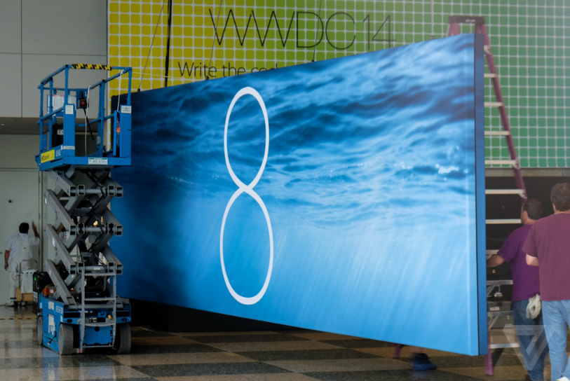 1-ios-8-banners-are-being-put-up-in-the-moscone-center-1401605942532.jpg