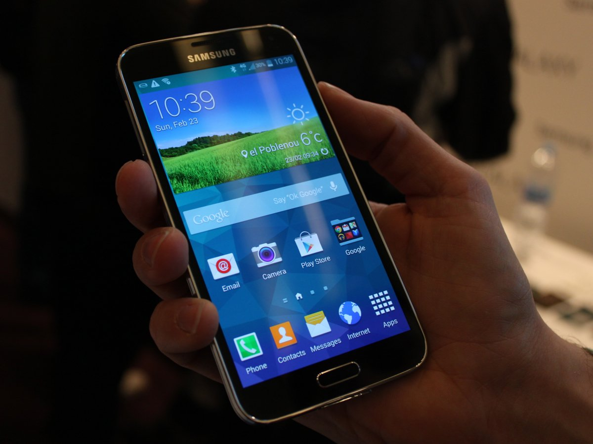 1-this-is-the-samsung-galaxy-s5-it-looks-similar-to-last-years-galaxy-s4-but-it-has-a-slightly-larger-51-inch-screen-1397147754405.jpg
